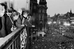 Václav Havel, Alexander Dubček a Václav Malý na balkoně Melantrichu