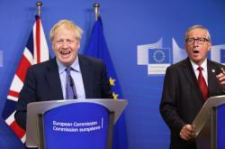 Boris Johnson a Jean-Claude Juncker na tiskové konferenci k nové brexitové dohodě