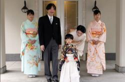 Japonský dědic trůnu Hisahito (v popředí) na snímku z roku 2011