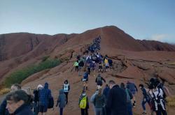 Turisté ve frontě na horu Uluru