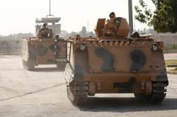 Turečtí vojáci vracející se ze syrského Tal Abjádu
