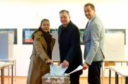 Durynský premiér Bodo Ramelow z Levice (uprostřed) s chotí a volebním komisařem