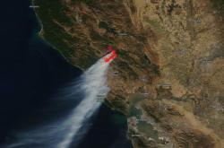 Satelitní pohled na požár v oblasti Sonoma