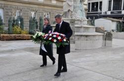 Andrej Babiš u pamětní desky Jana Palacha v Lucembursku