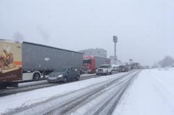 Kvůli sněhu měly problémy kamiony u Humpolce
