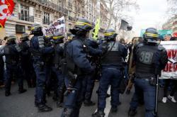 Střety s policií během protestu v Paříži