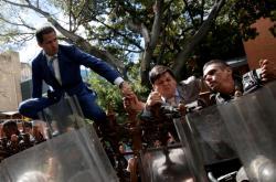 Vůdce opozice Guaidó se snaží přes policejní kordon dostat do parlamentu