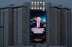 Obří obrazovka na fasádě hotelu v Moskvě