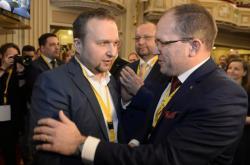 Novým předsedou strany delegáti zvolili Mariana Jurečku (vlevo). Nahradil Marka Výborného