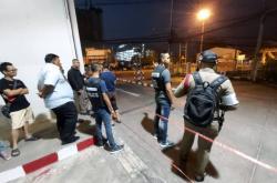 Policisté a přihlížející blízko místa střelby