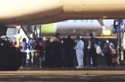 Autobusy s Američany z jokohamské lodi na letišti