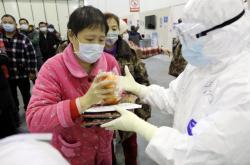 Rozdávání obědů v jednom ze zdravotních zařízení ve Wu-chanu
