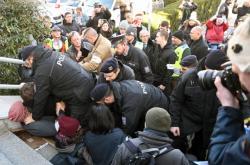 Policie zadržela zakročila proti protestujícím, kteří bránili Křečkovi ve vstupu do úřadu