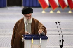 Ve volbách hlasoval i íránský vůdce Alí Chámeneí