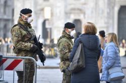 Ochranné masky nosí v Itálii i vojáci