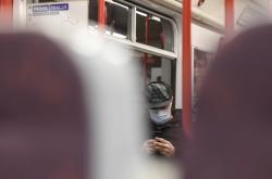 Pasažér pražského metra s rouškou (ilustrační foto)