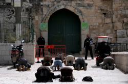 Muslimové se modlí u zavřené mešity al Aksá na Chrámové hoře v Jeruzalémě