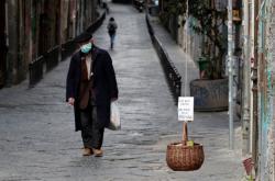 Muž s rouškou v italské Neapoli