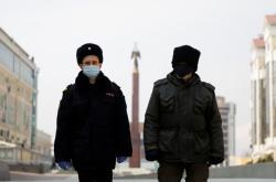 Ruští policisté v rouškách