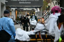 Nemocnice Lenox Hill v New Yorku. Jeden ven, druhý dovnitř.