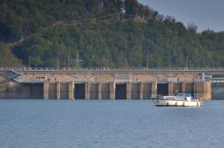 Hráz s vodní elektrárnou na přehradní nádrži Orlík na Vltavě.