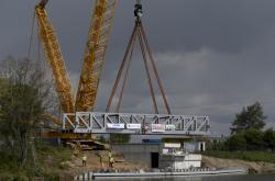 Největší mobilní jeřáb v Česku 5. května 2020 usazuje konstrukci zdvižného železničního mostu přes plavební kanál v Lužci nad Vltavou na Mělnicku.