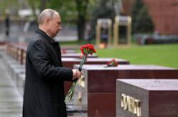 Ruský prezident Vladimir Putin pokládá květiny u hrobu Neznámého vojína