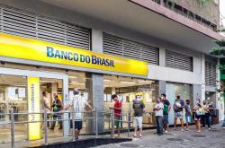 Fronta před bankovní pobočkou ve městě Rio de Janeiro