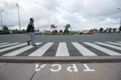 Zaměstnanci kolínské automobilky TPCA přicházejí na ranní směnu