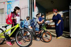 Žáci před školou v izraelském městě Sderot