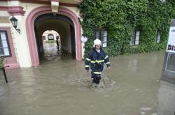 V Heřmanově Městci na Chrudimsku přetekla hráz rybníka u domova důchodců