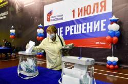 Žena odevzdávající svůj hlas ve Vladivostoku