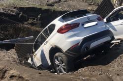 Auta propadlá v místě prasklého vodovodního řadu