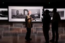 Josef Koudelka na výstavě svých fotografií ve Francouzské národní knihovně