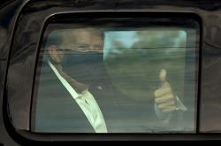 Donald Trump během projížky před nemocnicí