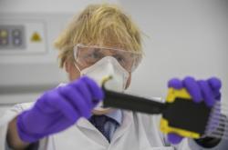 Britský premiér Boris Johnson při návštěvě francouzské laboratoře firmy Valneva ve Skotsku