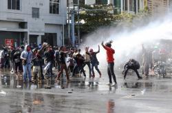 Demonstrace v Myanmaru. Policie krotí dav vodními děly