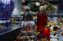 Svíčky na hřbitově