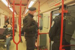 Policisté při kontrole v metru