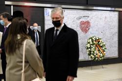 Připomínka bombových útoků v bruselském metru, v popředí král Filip