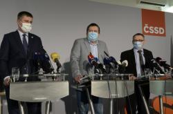 Ministři Tomáš Petříček, Jan Hamáček a Lubomír Zaorálek na konferenci ČSSD (prosinec 2020)