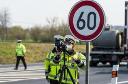 Policie měří rychlost na sjezdu z dálnice D7 u Postoloprt na Lounsku
