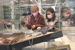 Muzejníci vystavili koronavirové poklady v supermarketu