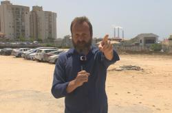 David Borek v přímém přenosu z izraelského Aškelonu ukazuje, kde je protiraketový kryt