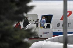 Diplomaté a zaměstnanci ruského velvyslanectví odlétají do Moskvy