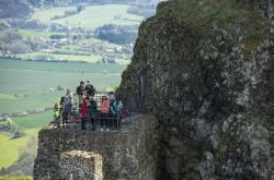 Turisté na hradu Trosky v Českém ráji