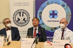 Martin Vokurka, děkan, David Feltl, ředitel, Radan Brůha, přednosta, Všeobecná fakultní nemocnice v Praze (VFN)