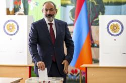 Arménský premiér Nikol Pašinjan odevzdává svůj hlas během parlamentních voleb