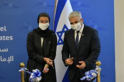 Ministryně kultury SAE Kaabíová a Lapid při otevření velvyslanectví