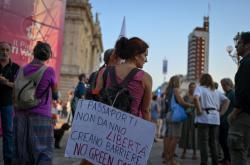Protesty proti zavedení covidových certifikátů v Turínu